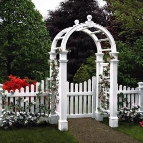 Белая арка над садовой калиткой