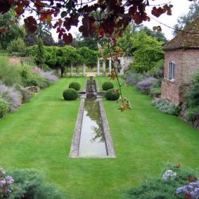 Узкий водоем в саду классического стиля