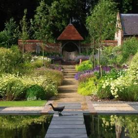 Сад в смешанном стиле с искусственным водоемом