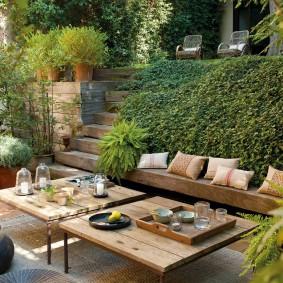 Садовые столики на площадке для отдыха