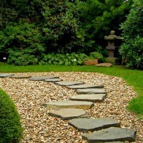 Садовая дорожка из камня с гравийной засыпкой
