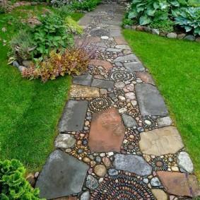 Каменная тропинка в глубь сада