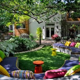 Разноцветные подушки на садовой мебели