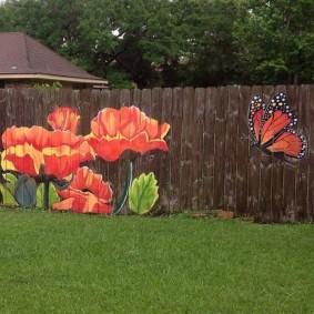 Бабочка и маки на деревянном заборе