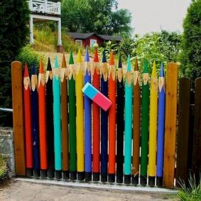 Садовый забор в виде цветных карандашей