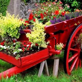 Старая телега в качестве цветочной клумбы