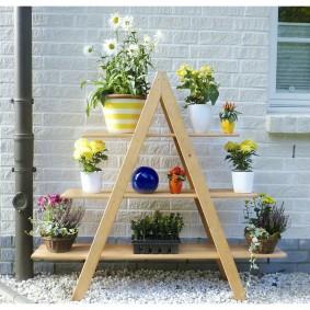 Деревянная этажерка для размещения горшков с цветами