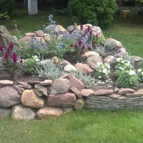 Альпинарий из природных камней на загородном участке