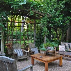Зона отдыха в глубине частного сада