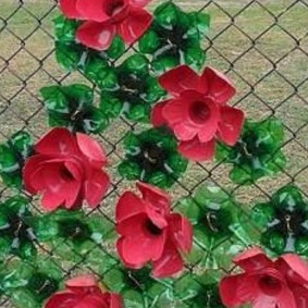 Декор пластиковыми цветами сетки-рабицы