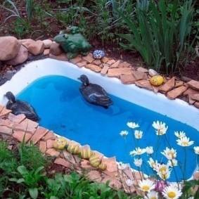 Небольшой пруд из чугунной ванны