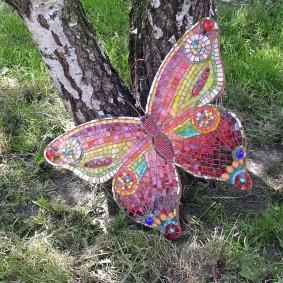 Красивая бабочка из мозаичной плитки