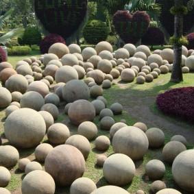 Круглые камни на загородном участке