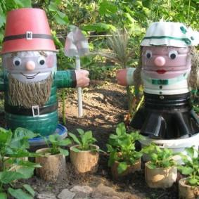 Садовые скульптуры из старых бутылок
