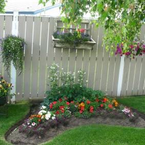 Аккуратная клумба с однолетними цветами