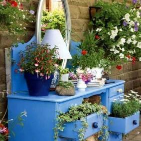 Старый шкаф в роли цветочной клумбы