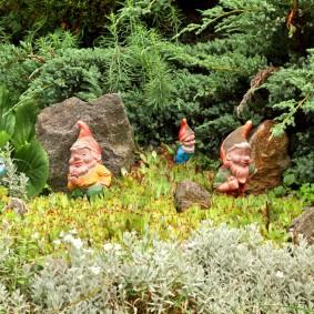 Садовые гномики под хвойными растениями
