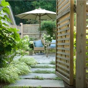 Деревянная решетка на садовой калитке
