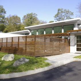 Прозрачная ограда из деревянных реек
