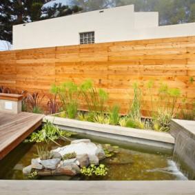 Сплошная ограда из сосновых досок