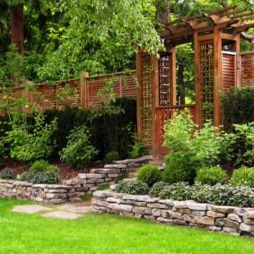 Деревянная пергола на садовом участке