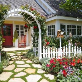 Красивый палисадник частного дома