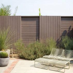 Крашенная ограда деревянного типа