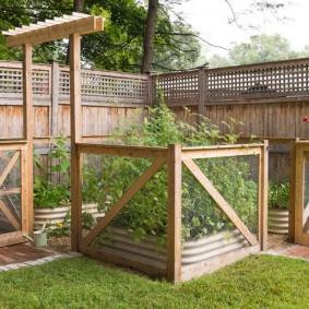Ограда из сетки на деревянном каркасе