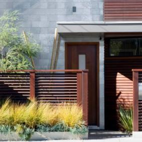 Забор лесенка с просветами на деревянных столбах