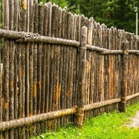 Забор частокол из тонких бревен