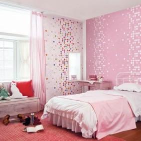 Розовые обои в спальне девочки-школьницы