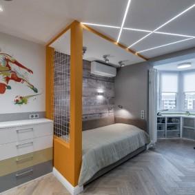 Линейные светильники на потолке детской