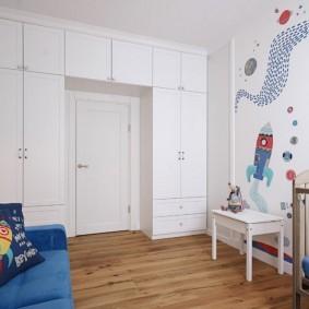 Встроенные шкафы в стене с дверью
