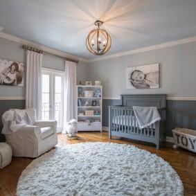 Светлая отделка стен в комнате новорожденного