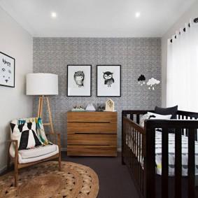 Светло-серые обои в детской спальне