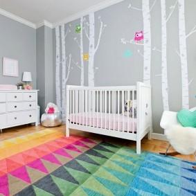 Яркий ковер в комнате младенца
