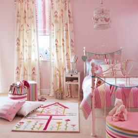 Светлые занавески в спальне дочери