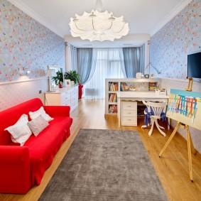 Красный диван в комнате девочки