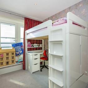Кровать-чердак в маленькой комнате