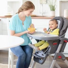 Детский пластиковый стульчик для кормления