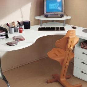 Угловой компьютерный стол в комнате ребенка