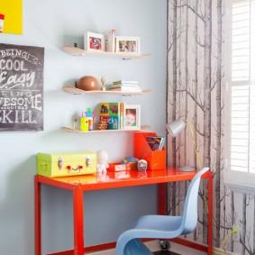 Красный столик на роликах в комнате девочки