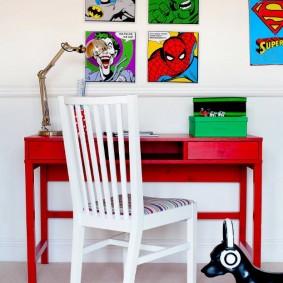 Белый стул и красный стол