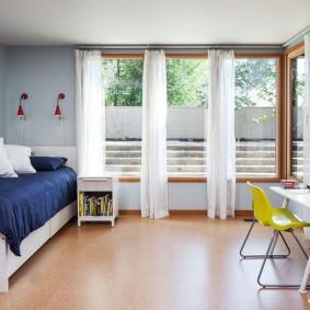 Белые занавески на окнах в детской