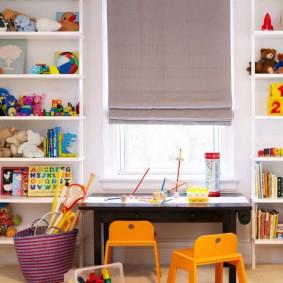 Маленькие стульчики в детской комнате