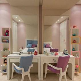 Небольшие столы в комнате двух девочек