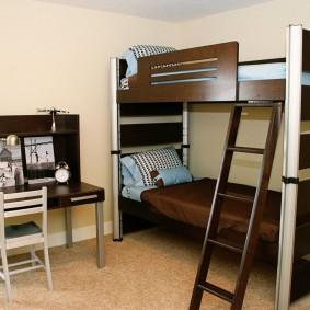 Двухъярусная кровать в спальне мальчиков