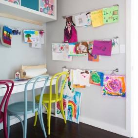 Разноцветные стулья в детской комнате