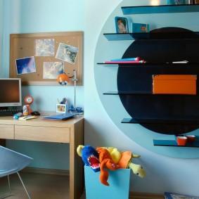 Стеклянные полки на стене детской комнаты