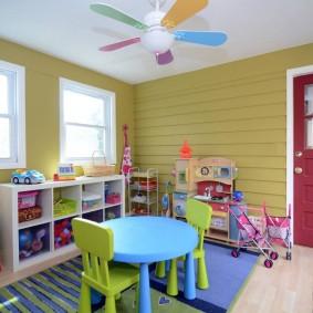 Деревянная мебель в комнате маленьких детей